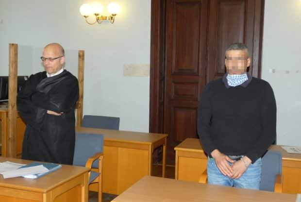 Anklage wegen versuchten Totschlags: Tika M. (34, r.) mit seinem Anwalt Christian Avenarius. Foto: Lucas Böhme