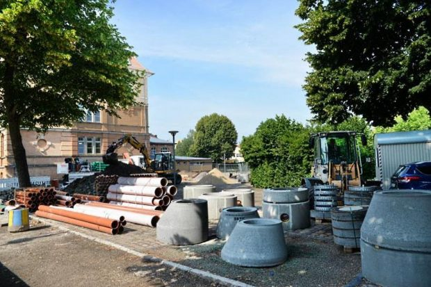 Baubeginn am Grundschulhof. Foto: Christian Maurer