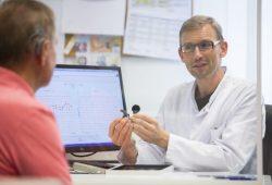 Das Leipziger Cochlea-Implantat-Zentrum feiert zehnjähriges Bestehen. Als einziges bundesweit wird es von einem Facharzt für Phoniatrie und Pädaudiologie geleitet: Prof. Michael Fuchs. Foto: Stefan Straube / UKL