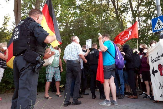 Debatten und Sprechchor-Battle zwischen Corona-Demonstranten und dem Gegenprotest in Engelsdorf. Foto: Luise Mosig