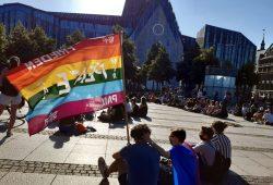 Die Regenbogenflagge weht während der Mahnwache für die ägyptische Aktivistin Sarah Hegazi auf dem Augustusplatz. Foto: Luise Mosig