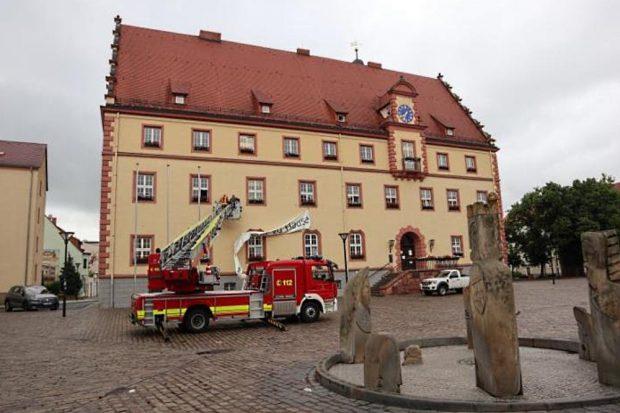 Feuerwehr und Bauhof entfernen das Plakat vom Rathaus © Stadtverwaltung Eilenburg