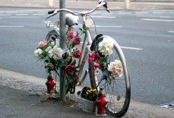 Dieses Fahrrad am Leuschnerplatz erinnert schon seit längerer Zeit an einen tödlichen Unfall. Foto: L-IZ.de