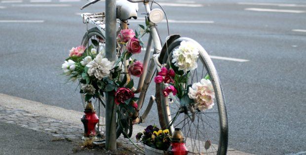 Dieses Fahrrad am Martin-Luther-Ring erinnert schon seit längerer Zeit an einen tödlichen Abbiegeunfall. Foto: L-IZ.de