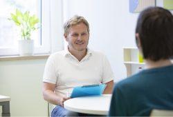 Oberarzt Dr. Andreas Hiemisch leitet die Interdisziplinären Psychosomatik für Kinder und Jugendliche am UKL, die nun ihr Angebot um eine neue Spezialsprechstunde für Kinder mit chronischen Schmerzen erweitert hat. Foto: Stefan Straube / UKL