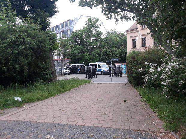 Polizei am Eingang des Herderparks, nachdem die ersten Gegenstände geflogen sind. Foto: L-IZ.de