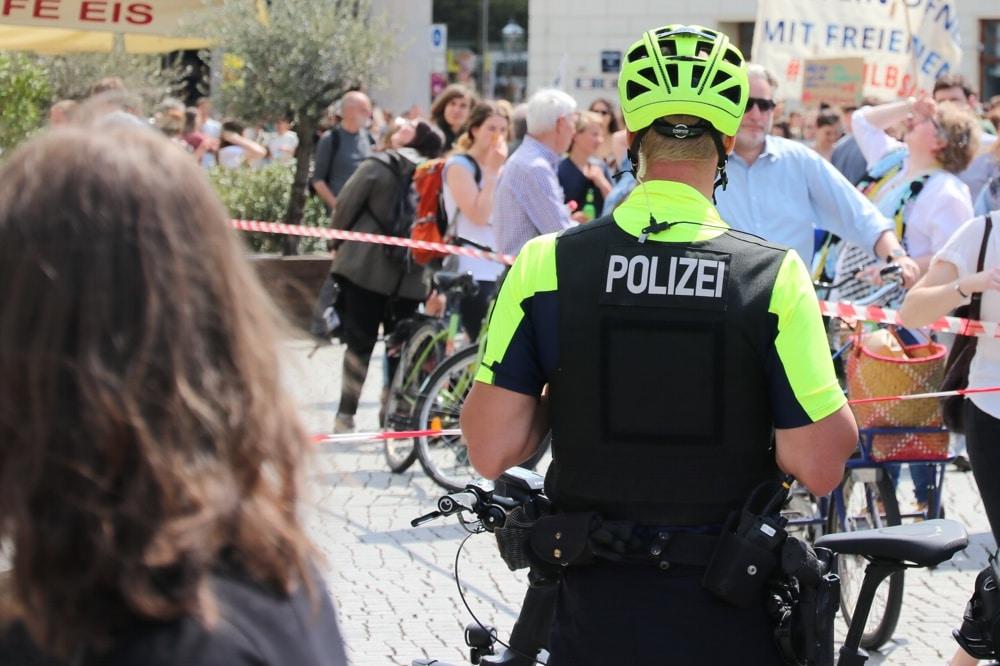"""Im Netz quellen die """"Polizei-Rad-Witze"""" schon über: Wie nennt die Polizei eine Radregistrierung? Artikelnummer. Foto: L-IZ.de"""
