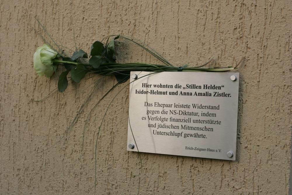 """Seit Samstag erinnert dieser Text am Haus an zwei """"Stille Helden"""" Foto: Sebastian Beyer"""