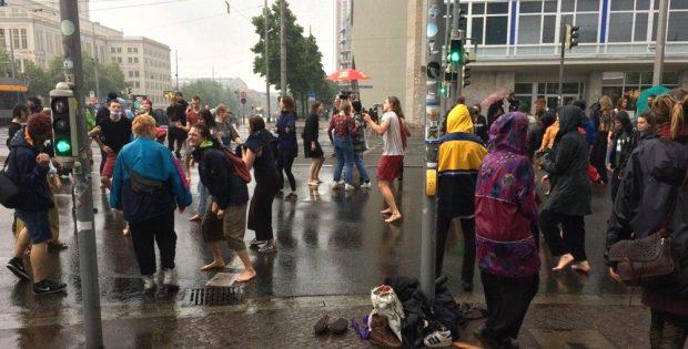 """""""Unteilbar""""-Band-Aktion ist vorbei, doch einige wollen noch im Regen tanzen. Foto: L-IZ.de"""