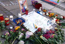 Vor dem Mendebrunnen legten Menschen Blumen für Sarah Hegazi nieder, die sich als Folge politischer Repressionen Mitte Juni das Leben genommen hatte. Foto: Luise Mosig