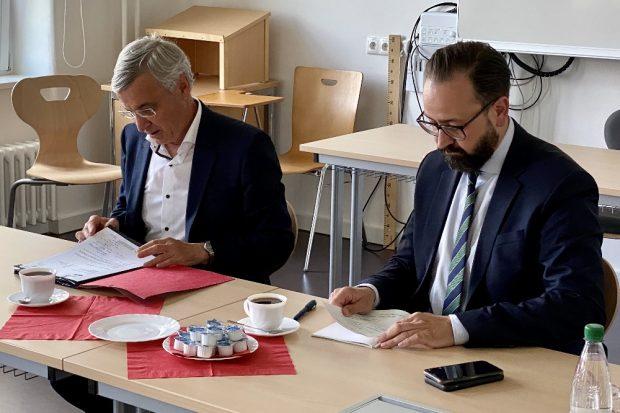 Wissenschaftsminister Sebastian Gemkow und Landrat Rolf Keil beraten über Weiterentwicklung der Studienakademie Plauen © SMWK