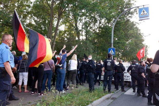 """Zum ersten Mal standen nach vielen vorherigen """"Spaziergängen"""" 25 Engelsdorfer einer friedlichen Blockade gegenüber. Foto: Luise Mosig"""