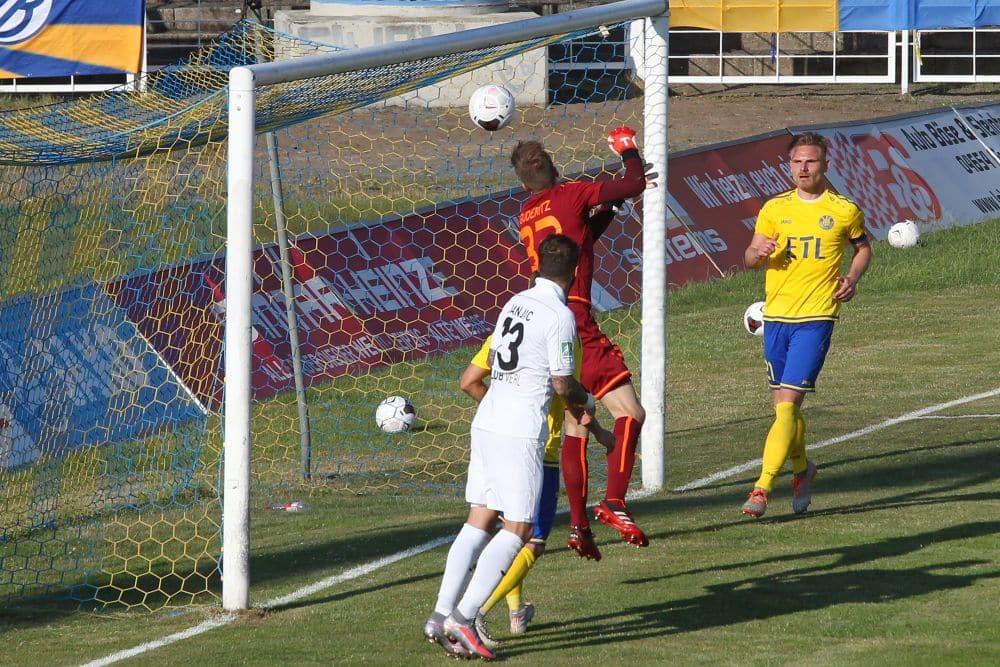 Schreckmoment kurz vor Abpfiff: Lok-Torwart Fabian Guderitz lässt den bereits gefangenen Ball durch die Hände ins Tor rutschen. Foto: Jan Kaefer