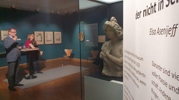 """Ulrike Dura und Anselm Hartinger in der Ausstellung """"Und ich küsse dich mit allen Gedanken!"""" Foto: Stadtgeschichtliches Museum"""