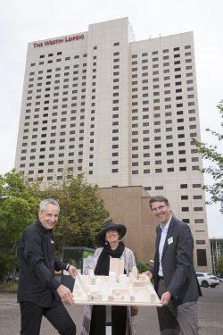 Prof. Jörg Springer, Dorothee Dubrau und Norman Weichhardt mit dem Siegermodell von HENN Architekten vor dem Westin Hotel. Foto: Covivio / Stefan Hoyer