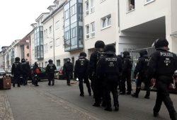 Erste umgeschmissene Müllcontainer und Polizeieinsätze am Herderpark in Connewitz. Foto: L-IZde