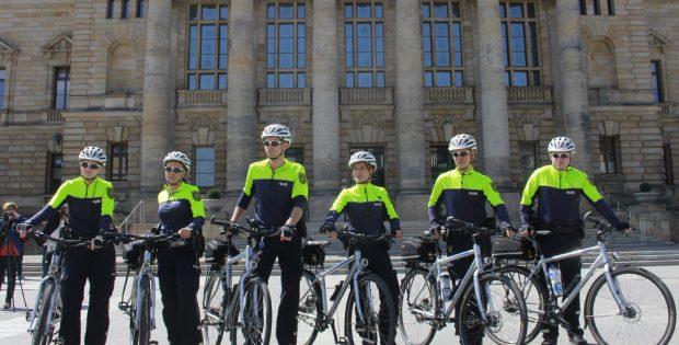 Sieht aus wie eine Shoppingtour, ist aber nur die Fahrradstaffel der Polizei. Foto: L-IZ.de