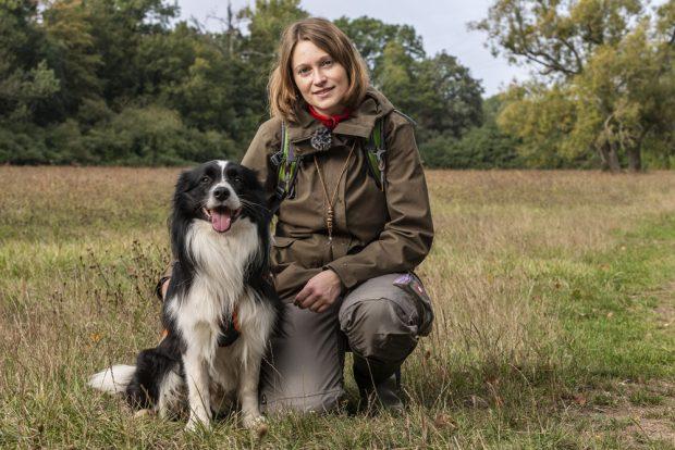 Dr. Annegret Grimm-Seyfarth mit Artenspürhund Zammy, Foto: André Künzelmann, UFZ