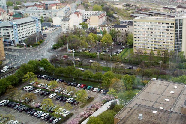 Der Parkplatz hinterm Westin: Hier hätte die verschwenkte Berliner Straße weiterführen sollen - jetzt entstehen hier zwei Bürohochhäuser. Foto: Ralf Julke