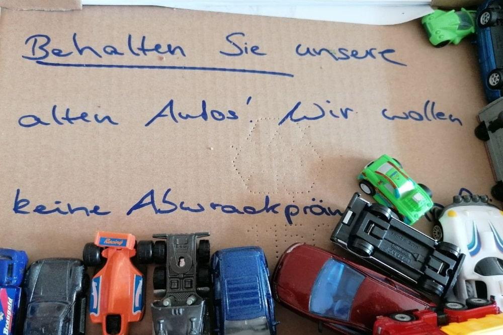 Überall in Sachsen werden zurzeit aus Protest gegen die geplante Abwrackprämie Spielzeugautos gesammelt und an Ministerpräsident Kretschmer geschickt. Quelle: Parents for Future