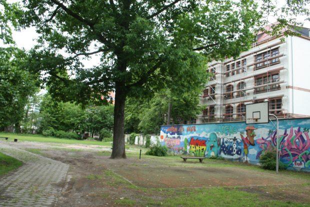 Pausenhof der Apollonia-von-Wiedebach-Schule mit Blick zum Haus der Demokratie. Foto: Ralf Julke
