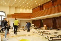 Blick aus der Position des Präsidiums zur Zuschauertribüne. Foto: Ralf Julke
