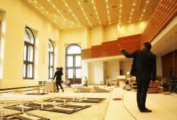 Bauleiter Marc Thiele erläutert den Stand der Arbeiten im neuen Sitzungssaal. Foto: Ralf Julke