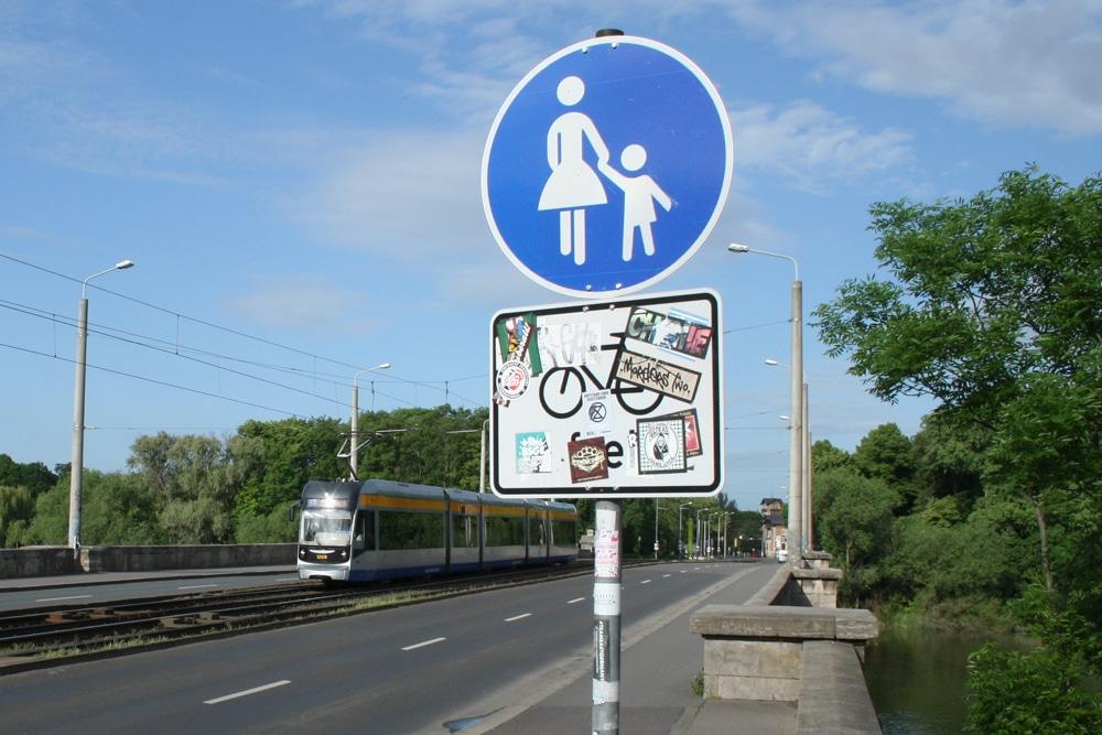 Straßenbahn auf der Zeppelinbrücke. Foto: Ralf Julke