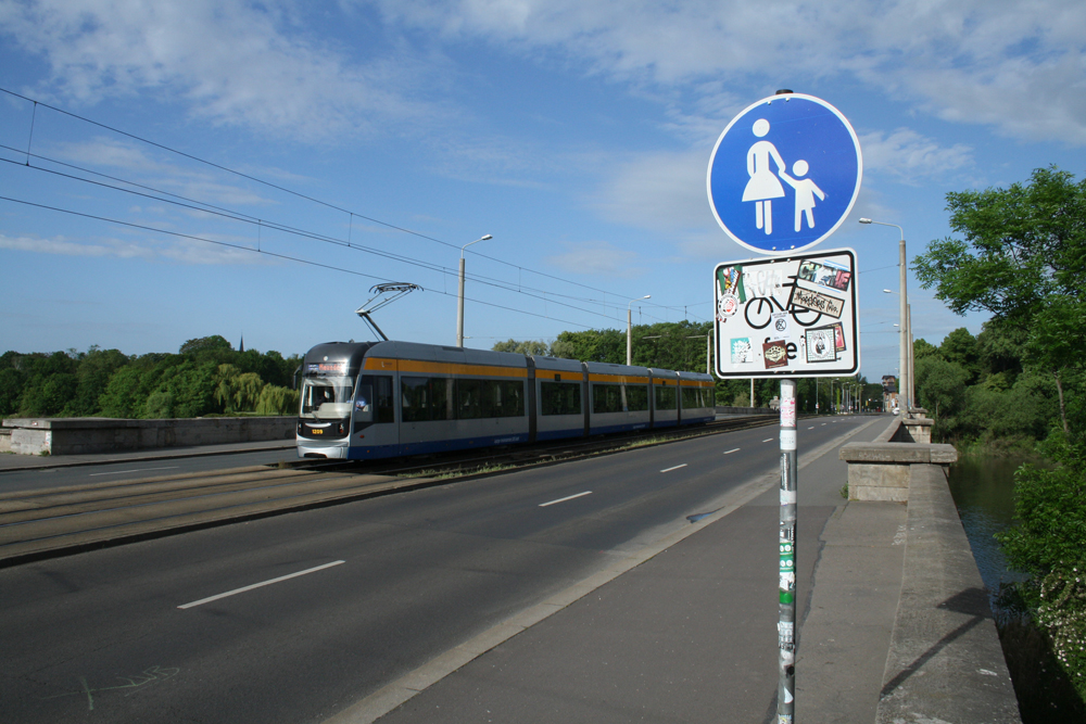 Fußweg auf der Zeppelinbrücke stadtauswärts. Foto: Ralf Julke