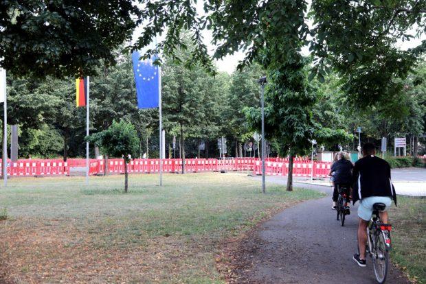 Ab über die Wiese oder wirklich den Umweg nehmen? Trotz Ferien könnten die Überwege an der Baustelle ab Montag ein Problem werden. Foto: L-IZ.de