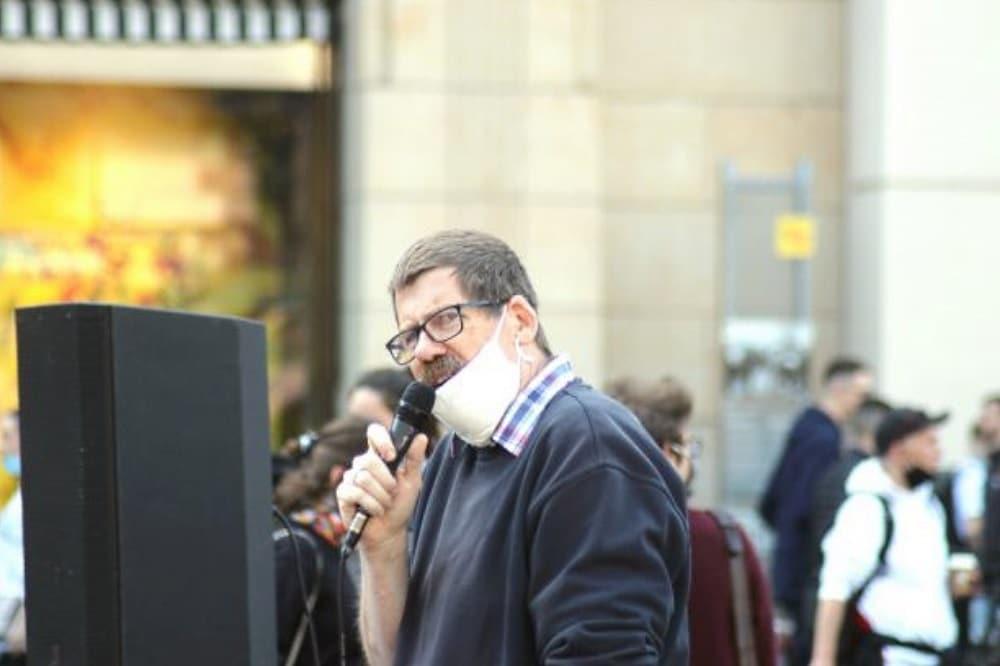 Andreas Dohrn hat eine Meinung. Er ist aktiv und mischt sich in die Diskussion zu aktuellen Themen ein, so wie hier bei der Demo am 16. Mai gegen das unsolidarische Bündnis Widerstand2020. © Michael Freitag