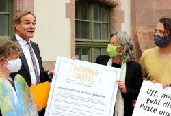 Der Druck von außen wächst freundlich aber bestimmt. Die Omas for Future und die Parents bei der Übergabe der Klimawünsche an OB Jung. Foto: L-IZ.de