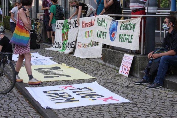 Das Geländer der Rollstuhlrampe bot sich zur Befestigung der Transparente an Foto: L-IZ.de