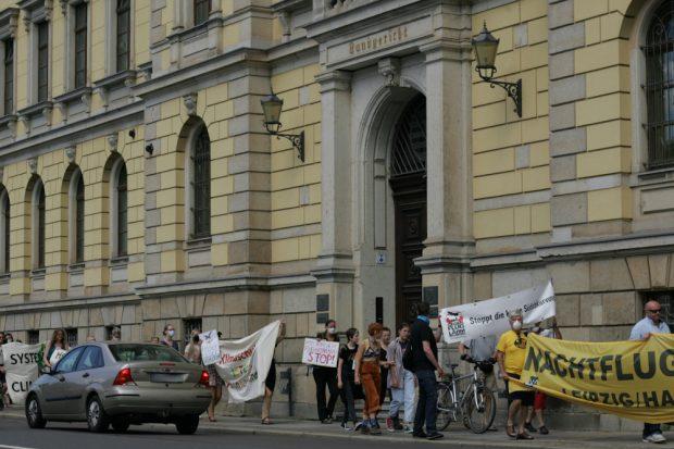 Am Landgericht vorbei wurde es eng auf dem Fußweg Foto: Sebastian Beyer