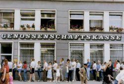 Gera, 1. Juli 1990: DDR-Bürger stehen bei einer Bank an, um D-Mark abzuheben. © Bundesarchiv, Bild 183-1990-0706-400 Kasper, Jan Peter CC-BY-SA 3.0