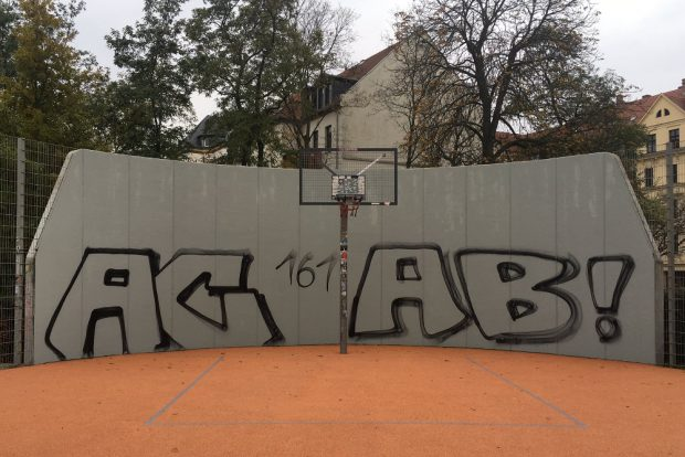 Die Graffitiwand am Streetballplatz in Connewitz mit einem der vielen Gesichter der vergangenen Jahre. Foto: L-IZ.de