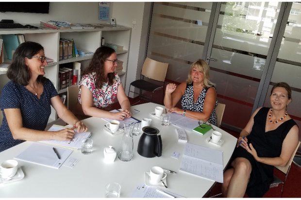 Iris Kloppich im Gespräch mit Dr. Sabine Ahrens-Eiper und Dr. Andrea Walter von der Ostdeutschen Psychotherapeutenkammer © Birgit Roth
