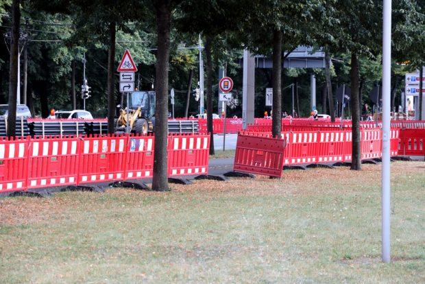Löchri, löchrig: Da vorab steinwärts nirgends richtig gewarnt wird, treffen hier Passanten und Radler eigene Entscheidungen. Foto: L-IZ.de