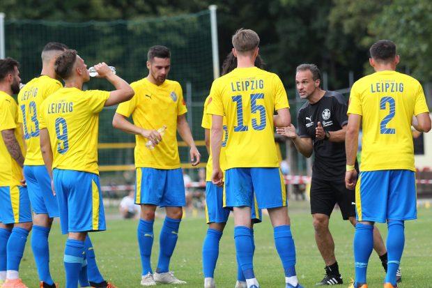 Der neue Lok-Trainer Almedin Civa gibt Anweisungen. Foto: Jan Kaefer