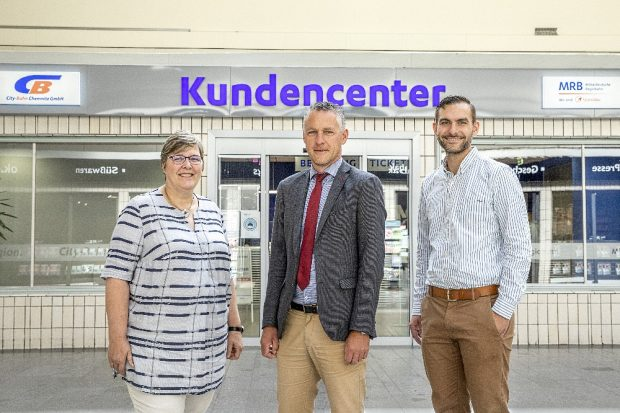 Eröffnung des gemeinsamen Kundencenters im Hauptbahnhof in Chemnitz (von links: Christine Balg, Teamleiterin CBC, Carsten Michaelis, Aufsichtsratsvorsitzender City-Bahn Chemnitz, Kay Treuheit, Teamleiter MRB). Quelle: MRB