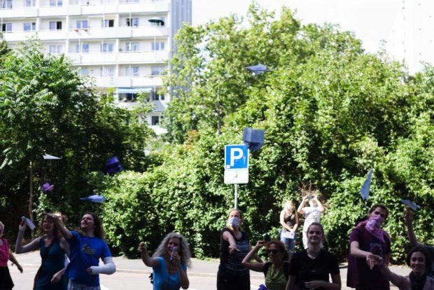 Papierflieger auf ihrem kurzen Flug Richtung Eingang der Landesdirektion Foto: Sebastian Beyer