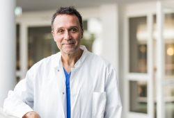 Prof. Dr. Dr. Andreas Bollmann leitet die Covid-19-Studie und wertet dabei Zahlen von über 17.000 Notfallaufnahmen aus 66 Helios Kliniken aus. Foto: Herzzentrum Leipzig