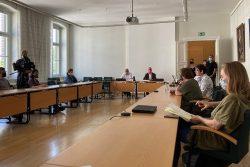 Vorn: Prof. Dr. Thomas Lenk (links) und Prof. Dr. Thomas Hofsäss im Gespräch mit Medienvertretern. Foto: Universität Leipzig/Stabsstelle Universitätskommunikation