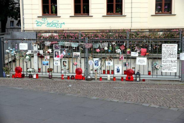 Umgewidmet: Rubens Gedenkstelle an der Haltestelle Leibnizstraße mit drei Blinklichtern der Absperrungen. Foto: L-IZ.de