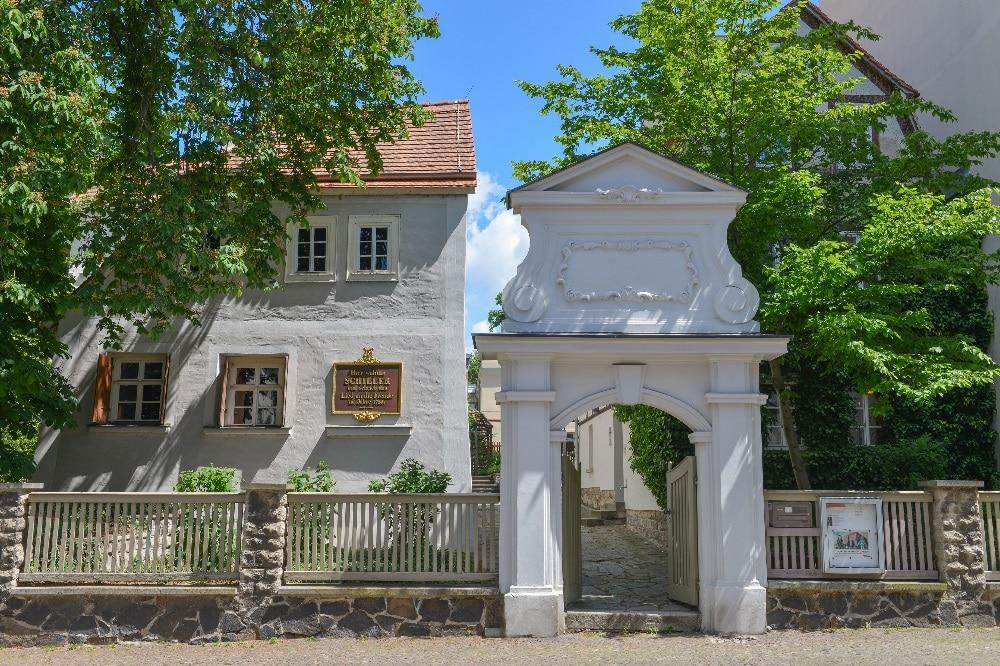 ußenansicht des Eingangsbereichs zum Gelände des Schillerhauses. Foto: Markus Scholz