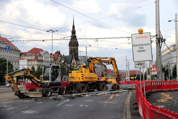 Straßensperre mit zwei Baufahrzeugen am Sonntag. Foto: L-IZ.de