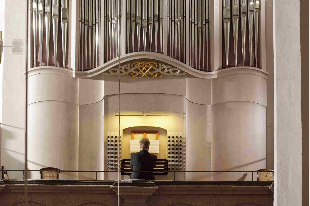 Thomasorganist Ullrich Böhme an der Bach-Orgel der Thomaskirche. Quelle: Büro für Kirchenmusik