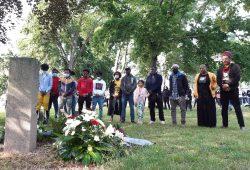 Einige Menschen aus der Dessauer Black Community gedenken am 11. Juni 2020 am Tatort im Stadtpark dem ermordeten Alberto Adriano. Der Dritte von rechts ist Amadi Indjai, Imam der Islamischen Gemeinde Dessau. Foto: Luise Mosig