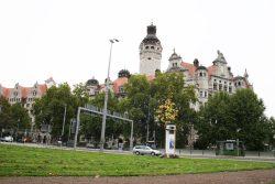 Von der Verwaltung bevorzugter Standort: Grünfläche gegenüber vom Neuen Rathaus. Foto: Ralf Julke