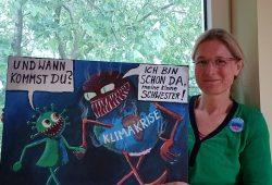 Melanie Gerhards mit einer Corona-Karikatur von Jörg Schwulst, die alles sagt. Foto: health for future Leipzig